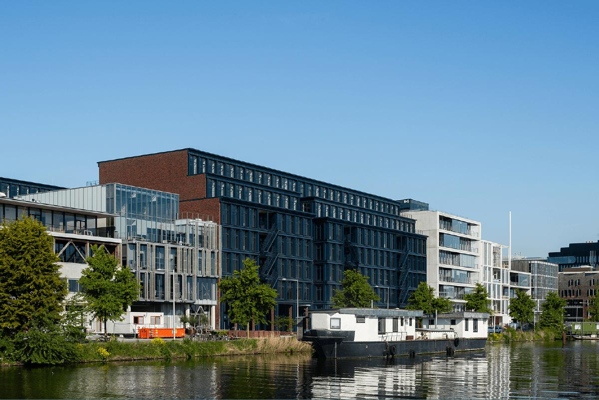 Homines-bouw-awarehouse-kantoorgebouw-parkeerplaats-amsterdam-1